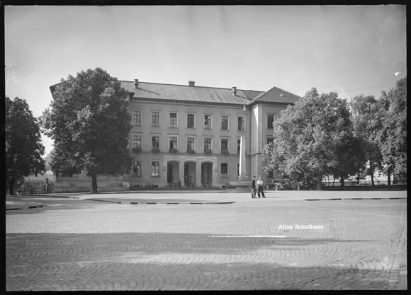 Um 1940 gab es hier noch keine Unterführungen. Das Bezirksgebäude war damals noch das Badener Schulhaus, dass dem Platz seinen Namen gab.