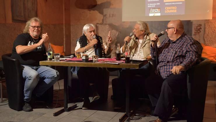«Ganz unger üs» mit Ueli Schmutz alias Jacky und Urs Saner alias Orsani. Links Moderator und Gastgeber Kurt Gilomen, rechts Moderator und Gastgeber Dagobert Cahannes. (Archiv)
