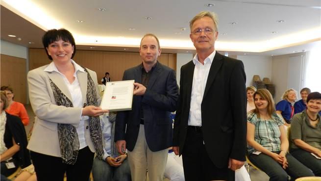 Monica Heinzer, Leiterin Pflege und Betreuung, «Und»-Fachstellenleiter Peter Huber und Reusspark-Direktor Thomas Peterhans (von links) freuen sich über das erworbene Prädikat.