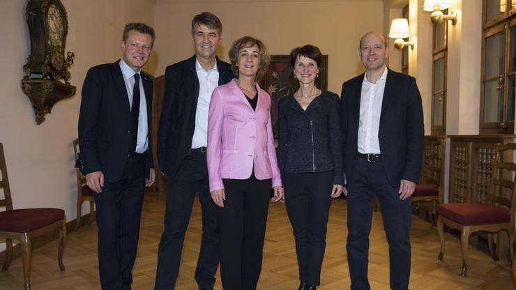Der neue Berner Gemeinderat mit Reto Nause, CVP, Alec von Graffenried, GFL, Ursula Wyss, SP, Franziska Teuscher, GB und Michael Aebersold, SP, von links, posiert im Rathaus.