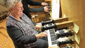 Jackie Rubi, die Limmattalerin des Jahres 2017, spielte echte Schweizer Volksmusik. Pfarrer und Steinbildhauer Daniel Bühler. Cellistin Alexandra Polin und Ziv Braha auf der Theorbe.