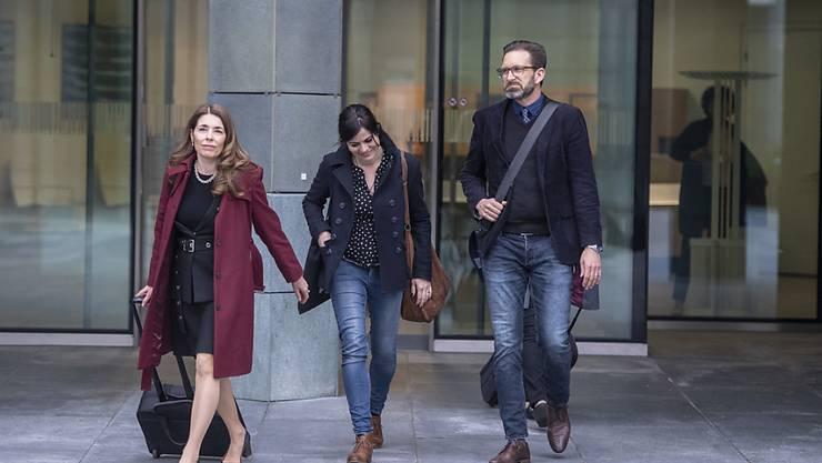 Die ehemalige Zuger Kantonsrätin Jolanda Spiess-Hegglin (Mitte), ihr Ehemann und ihre Rechtsanwältin Rena Zulauf auf dem Weg zum Zuger Kantonsgericht.