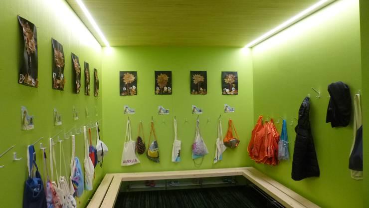 die mit Schweizer Holz gebaute, einladende Garderobe des Kindergartens