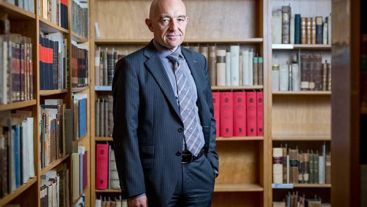 Strafrechtsprofessor der Universitaet Zuerich und SP-Staenderatskandidat des Kantons Zuerich, Daniel Jositsch, in der alten juristischen Bibliothek der Uni Zuerich.