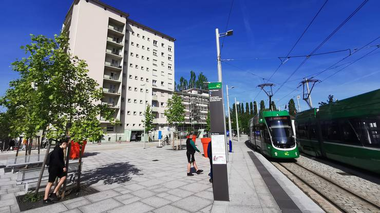 Vieles rund um diesen Platz ist erst in den vergangenen Jahren aus dem Boden geschossen. Darunter unter das benachbarte Lycée Jean Mermoz, aber auch die Mietskasernen, die diesen Platz umgeben. Der moderne Anschein täuscht über soziale Probleme hinweg: In Saint-Louis ist jeder fünfte zwischen 15 und 64 arbeitslos. Die Quote ist fünfmal höher als in Basel-Stadt. Eine Wohnung zu finden, ist leicht: 2015 betrug die Leerstandquote von Saint-Louis rund acht Prozent.