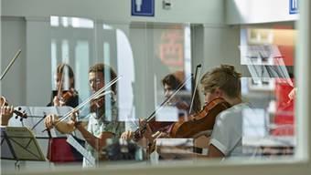 Konzerte auch in der Schalterhalle: Am Davos-Festival werden gängige Konzertmuster aufgebrochen. yannick andrea