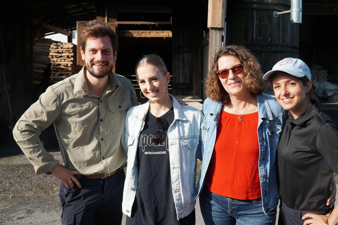 """""""Euch hat der Himmel geschickt"""", meint Céline, nachdem die Hörerinnen Lorena und Carin ihr neue Wanderschuhe mitgebracht haben. (© Radio 24)"""