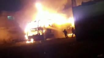 Am Sonntagabend brennt in Lima ein Doppeldeckerbus völlig aus. In der Flammenhölle kommen mindestens 20 Menschen ums Leben.