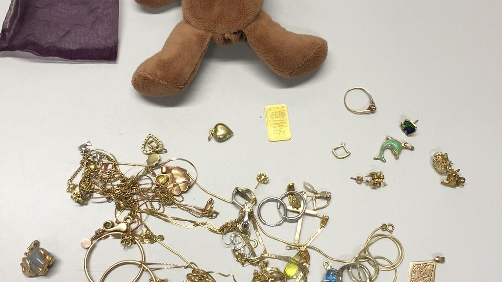 """Corpus Delicti: Der """"missbrauchte"""" Teddybär und der darin versteckte Schmuck."""