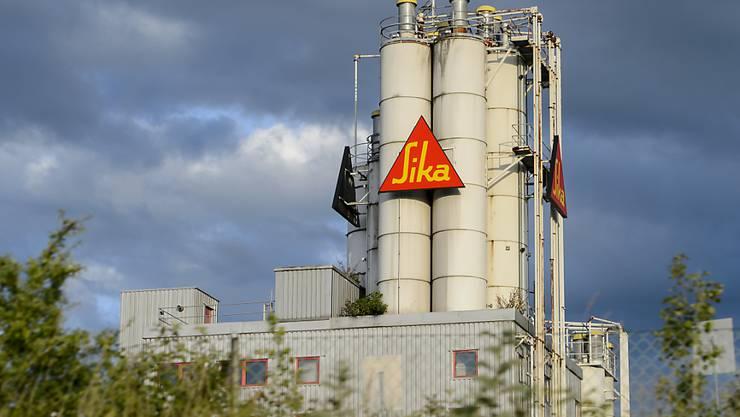 Der Chemiekonzern Sika - im Bild die Fabrik in Düdingen - legt ein milliardenschweres Übernahmenangebot für den französischen Mörtelhersteller Parex vor. (Archivbild)