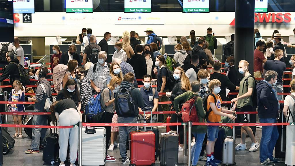 Das Passagieraufkommen am Flughafen Zürich ist zum Ferienstart deutlich angestiegen. Es liegt aber immer noch deutlich unter den Vorjahren. (Archivbild)