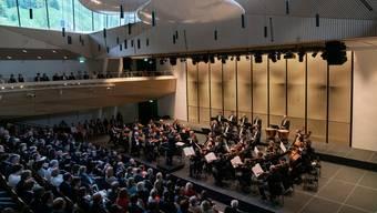 Konzertsaal mit Blick ins Grüne: Die Berliner Philharmoniker im Eröffnungskonzert am Sonntag in der Konzerthalle Andermatt.