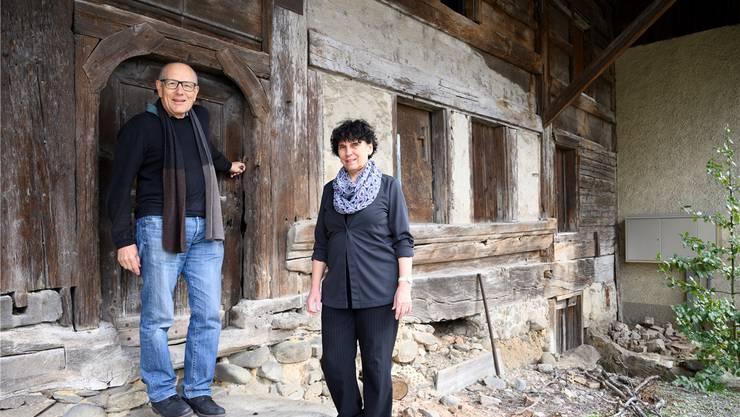 Peter Züllig und Margot Fempel-Anner stehen vor dem «alten Haus» in Rütihof. Das älteste Gebäude des Dorfs hat rund 400 Jahre auf dem Buckel.Alex Spichale