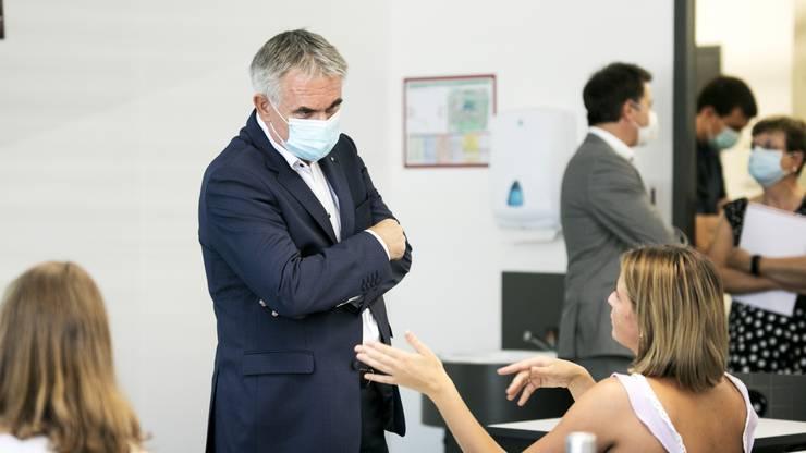 Bildungsdirektor Alex Hürzeler beim Schulbesuch mit Maske – Corona bestimmt das Schuljahr.