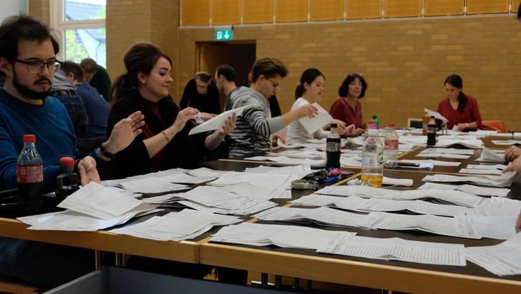 Rund 100 Personen waren am Sonnag im Dietiker Stadthaus im Einsatz, um alle Stimmen auszuzählen. Für die SVP kam ein höherer Wähleranteil zusammen als noch bei den Kantonsratswahlen im Frühling.
