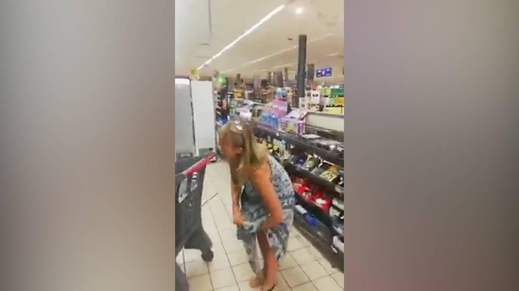 Neuer Mundschutz? - Frau zieht sich Unterhose über den Kopf