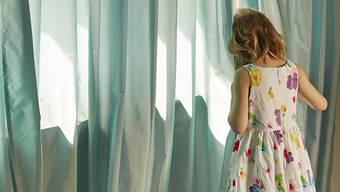 Wer wegen eines sexuellen Übergriffs auf ein Kind verurteilt worden ist, soll nie mehr mit Kindern arbeiten dürfen. Im Nationalrat ist umstritten, welche Ausnahmen von dieser Regel gelten sollen. (Symbolbild)