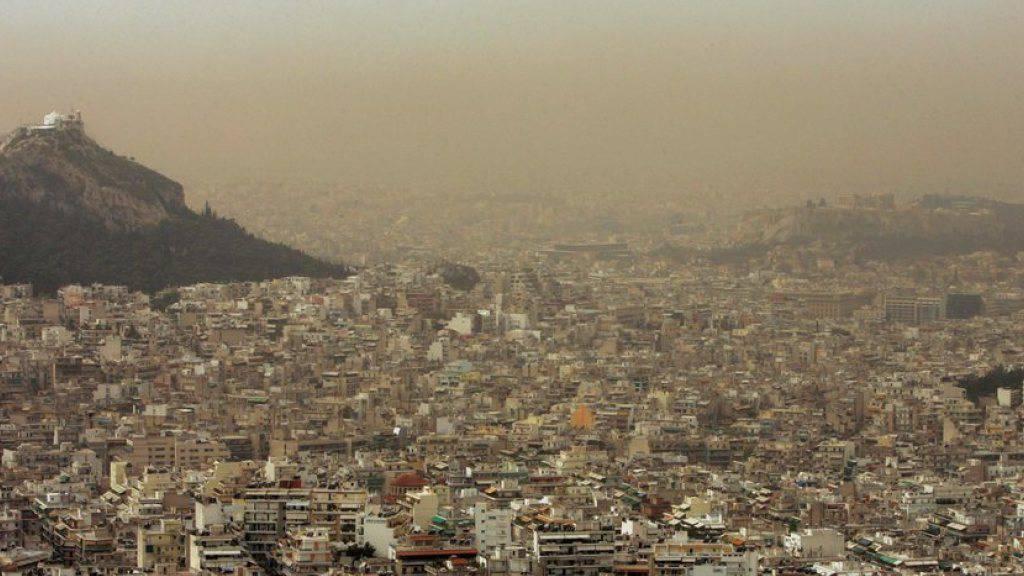 Gelblicher Smog über der Akropolis: Weil viele Griechinnen und Griechen Holz statt Öl zum Heizen brauchen, stinkt es in vielen Städten wortwörtlich zum Himmel. (Archiv)