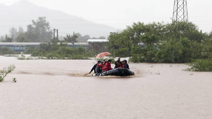 Rettung per Boot: fast 900 Passagiere befanden sich im Südwesten Indiens in einem Zug, der in Monsunfluten stecken blieb.