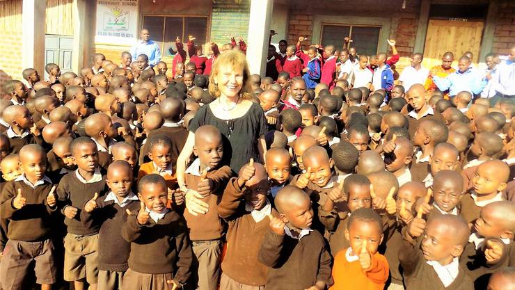 Annedore Biberstein inmitten einer kenianischen Kinderschar, die ihre Schule besucht.