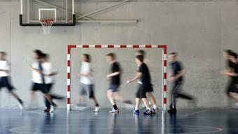 Schülerinnen und Schüler in einer Turnhalle: Unter der jetzigen Gesundheitskrise unmöglich. Ein App könnte aber helfen, damit Schülerinnen und Schüler trotzdem Sport betreiben.