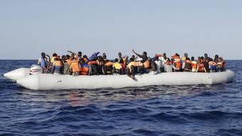 Gerettete Bootsflüchtlinge im Mittelmeer