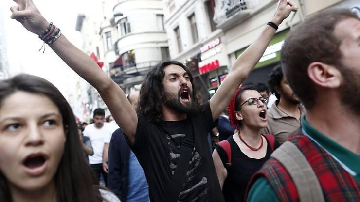 Protest am Istanbuler Taksim-Platz am dritten Jahrestag der gewaltsamen Niederschlagung der Gezi-Park-Demonstrationen.