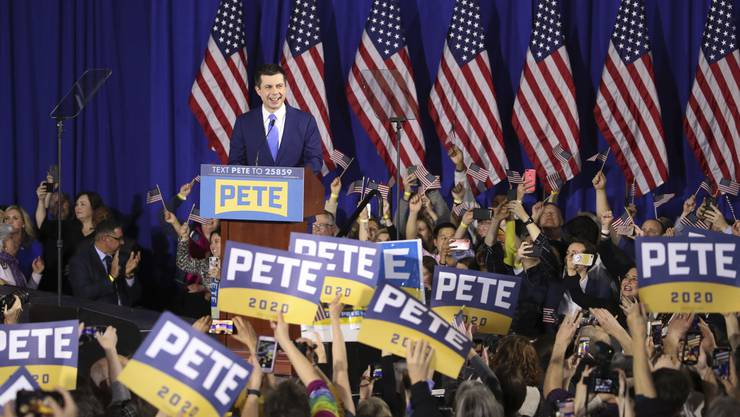 Der Präsidentschafts-Wahlkampf in den USA ist mit den Vorwahlen lanciert:  Kandidat Pete Buttigieg spricht zu seinen Unterstützern bei einer nächtlichen Wahlkundgebung.