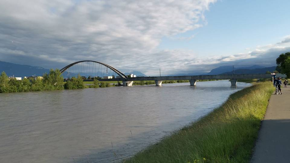 Motorboot landet ungewollt auf dem Neuen Rhein