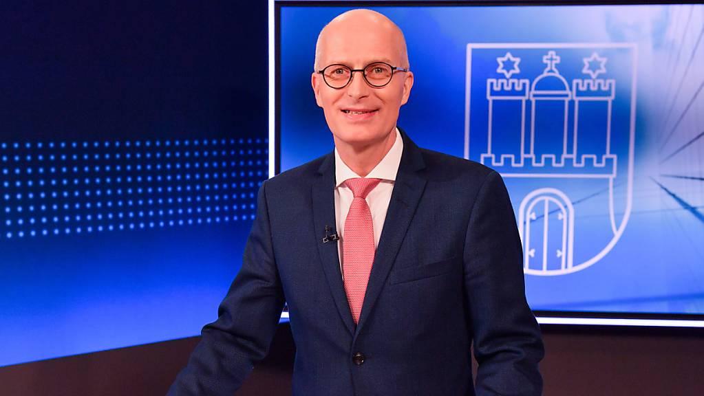 Bei der Regionalwahl in Hamburg haben Bürgermeister Peter Tschentscher und seine SPD ihre Mehrheit nach ersten Prognosen klar verteidigt. (Archivbild)