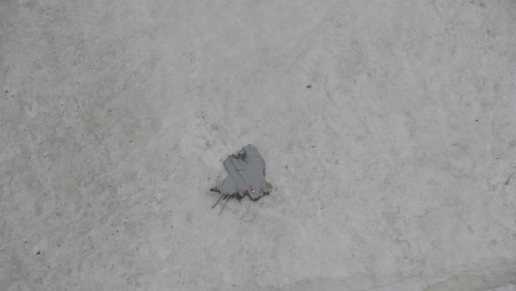 Bild von der Absturzstelle: Eine F/A-18 ist am Montag, 28. August, zerschellte im Gebiet des Sustenpasses am Berg.