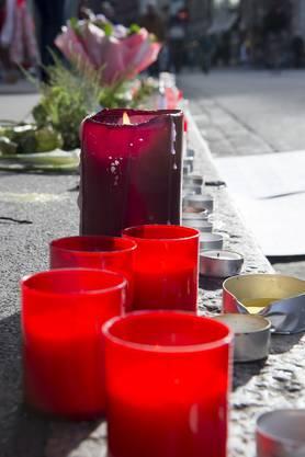 Sie legten Blumen und Kerzen vor das Rathaus in Gedenken an die Opfer von Paris.