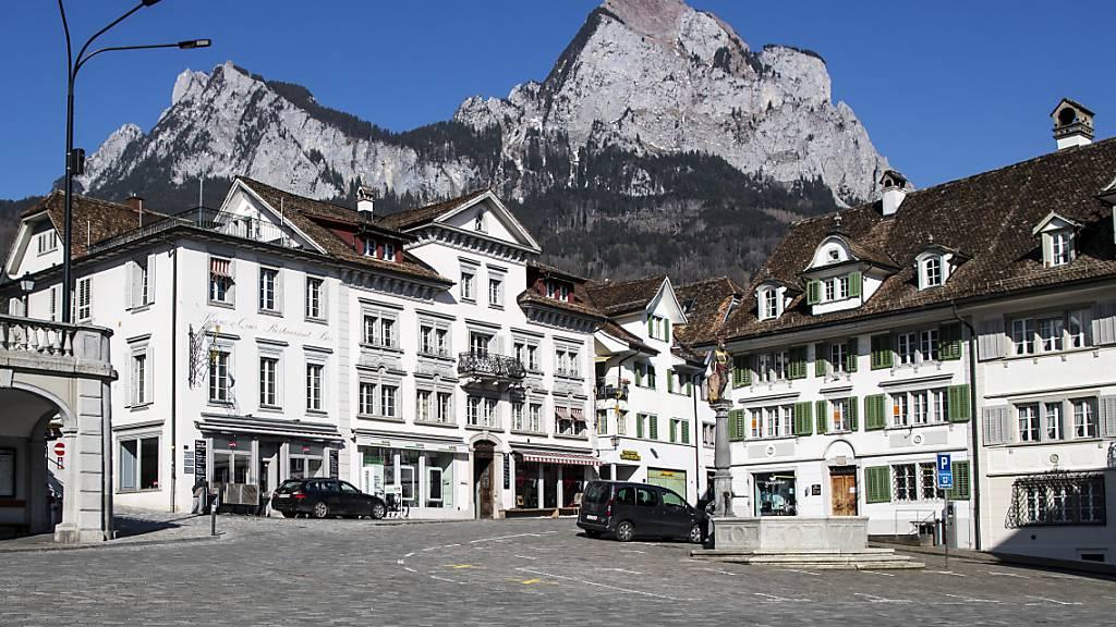 Die Gemeinde Schwyz, hier der Hauptplatz, ist günstiger zu einem neuen Altersheim gekommen als geplant. (Archivaufnahme)