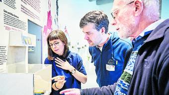 Kuratorin Laura Aellig, FHNW-Professor David Grimm und Karlheinz Münch von der Arbeitsgruppe Kern (v.l.).