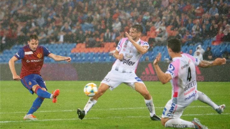 War das ein Millionenschuss? Luca Zuffi verkürzt in der Schlussphase des Hinspiels gegen Linz zum 1:2. Bild: de Capitani/freshfocus