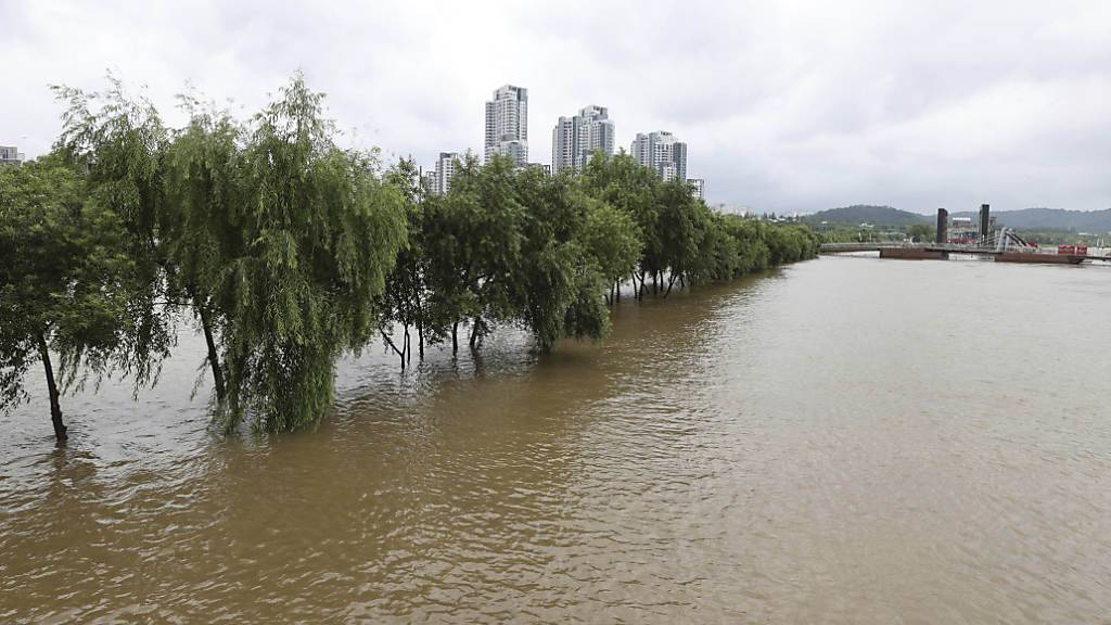 Ein Park in der Nähe des Flusses Hangang im südkoreanischen Seoul steht nach heftigen Regenfällen unter Wasser. Foto: Kim In-Chul/Yonhap/AP/dpa