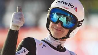 Schweizer Rekord und Daumen hoch: Simon Ammann fühlt sich auf den Flugschanzen wohl. (Archivaufnahme)