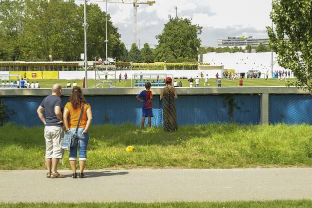 Nur von ausserhalb FC-Basel-Campus konnten Gaffer das Spiel verfolgen.
