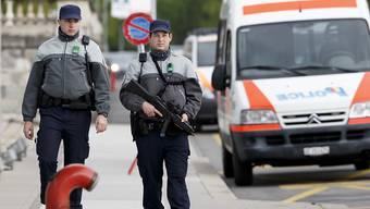 Polizisten geniessen bei den Schweizerinnen und Schweizern wieder mehr Vertrauen. (Archivbild)