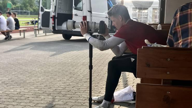 Jonas Omlin versucht sich am Ende des Trainings als Fotograf. Um seine Schnappschüsse zu sehen, einfach weiter klicken!