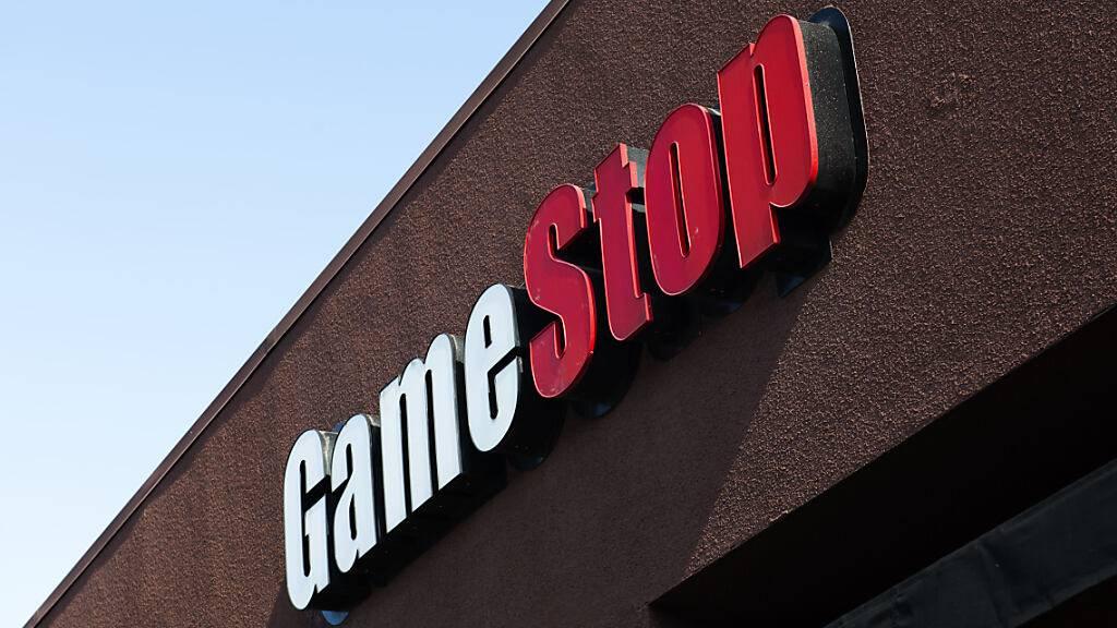 ARCHIV - Das GameStop-Logo ist über einer ihrer Filialen angebracht. Der Videospielhändler Gamestop, der im Januar durch extreme Kurskapriolen am Finanzmarkt für Aufsehen sorgte, muss sich einen neuen Finanzvorstand suchen. Foto: Pat Mazzera/SOPA Images via ZUMA Wire/dpa