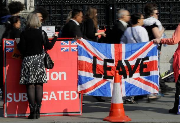 23. Juni 2016: Mit einer knappen Mehrheit von 51,9 Prozent entscheiden sich die Stimmberechtigten für den Brexit. Die Wahlbeteiligung liegt bei 72 Prozent. Schottland und Nordirland sprechen sich mehrheitlich gegen den Brexit aus, Wales und England dafür.