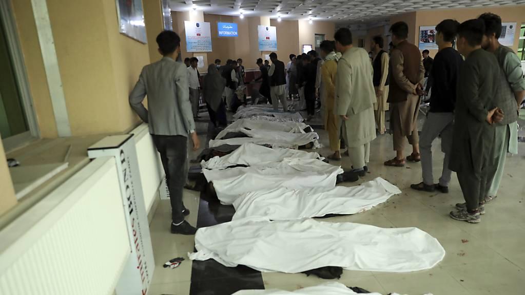 Nach ersten Erkenntnissen des Bildungsministeriums hatte sich der Anschlag rund 100 Meter entfernt von einer Schule ereignet – viele der Opfer sollen junge Mädchen sein.