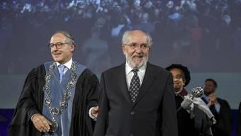 Der Schweizer Astrophysiker Michel Mayor (Mitte) steht plötzlich m Rampenlicht. Links: Yves Flückiger, Rektor der Universität Genf, am Dies Academicus am Freitag. (KEYSTONE/Salvatore Di Nolfi)