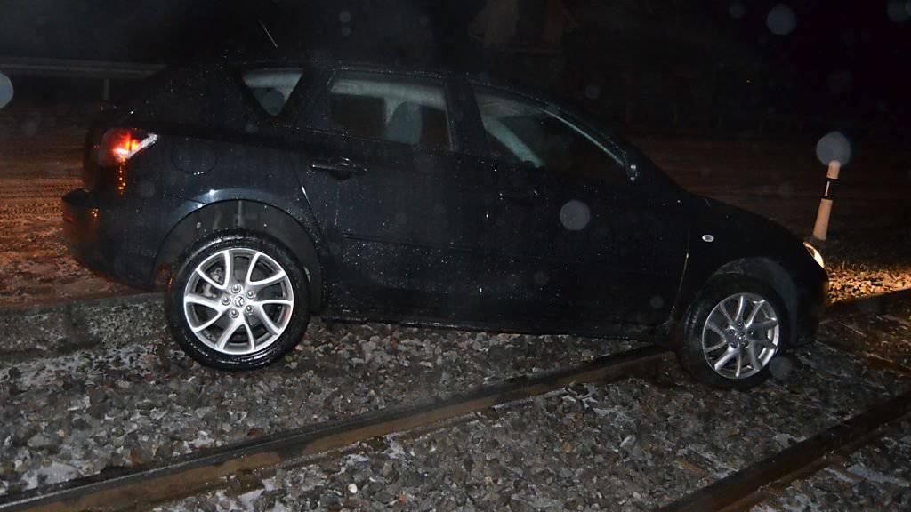 Bei einem Selbstunfall ist ein 29-jähriger Autolenker in Teufen AR auf den Gleisen der Appenzellerbahnen gelandet.