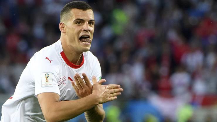 Mit dieser Geste jubelte Granit Xhaka im Spiel gegen Serbien. Doch an wen ist sie gerichtet?