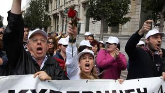 In Athen demonstrieren hunderte Menschen gegen Sparpläne der Regierung