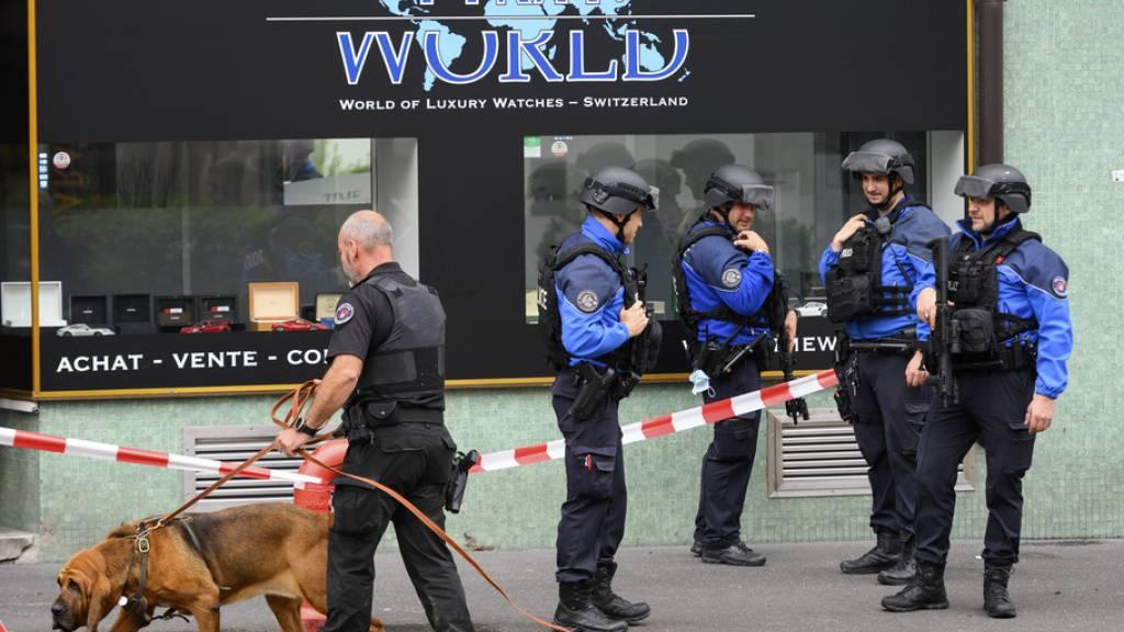 Bewaffnete Polizisten waren am Tatort und suchten in den Strassen in der Nachbarschaft nach den flüchtigen Tätern.