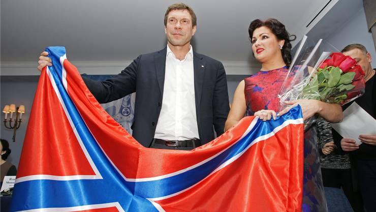 Der prorussische Separatistenführer Oleg Zarjow und Opernstar Anna Netrebko halten in Petersburg die Fahne Neu- bzw. Grossrusslands in der Hand.EPA/STRINGER