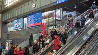 Anzeigetafeln in der Schalterhalle des Bahnhofs: Der Regierungsrat gewährt den SBB eine Sonderbehandlung.